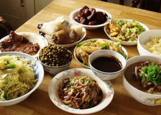 鸡,鸭,鱼,肉,蛋摆满餐桌,这些多是高蛋白,高脂肪,高能量食物.