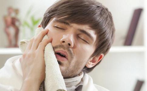 刚拔牙的一两天内可以冰敷,可以缓解拔牙后的疼痛。