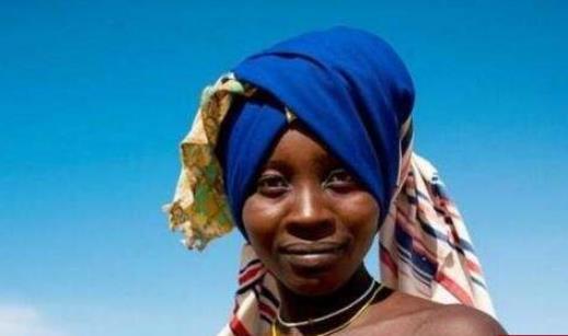 世界上最脏的女人 安哥拉部落女人用牛粪洗头