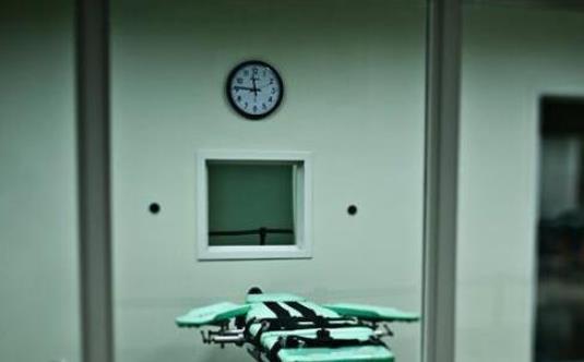 位于美国加州的圣昆廷监狱是加州最早的监狱,也是目前加州唯一一所能对男性囚犯实施死刑的监狱。这所监狱于1852年7月开始启用,关押过无数臭名昭著的囚犯,目前收容5300名犯人,是美国最大监狱。它占地275英亩(约合111公顷0且高耸于海湾之上。约1000万美元的估价,使之成为世界上最值钱的监狱。加州政府最近还斥资逾1.