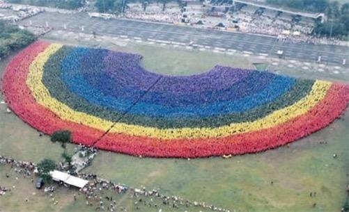 世界上最大的人造彩虹 由超过31,000的学生组成