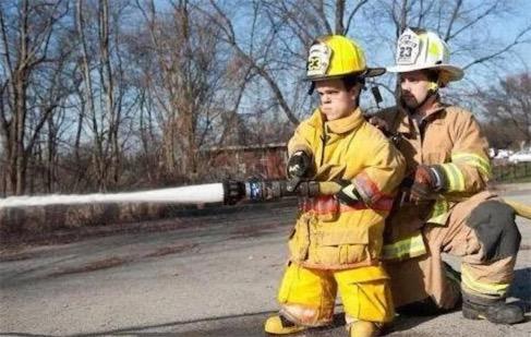 世界最矮的消防队员 文思•布拉斯科仅127公分高
