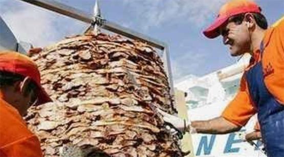世界最大的猪肉串 希腊一饭店的肉串重1503.66公斤