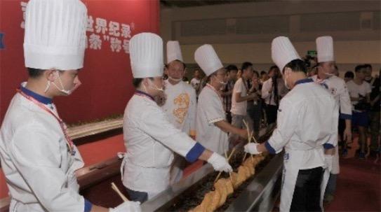 世界上最长的油条 中国美食节现3.72米油条