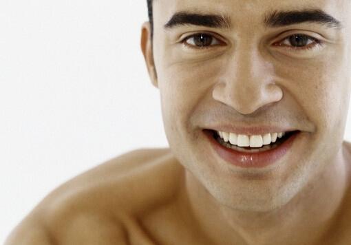 鼻子出血怎么回事?鼻子出血怎么止血 鼻子出血怎么回事 鼻子出血作为一种常见病,我们为大家介绍鼻子出血是怎么一回事。主要来说,鼻子出血的原因分为两类: 局部原因 局部原因中以挖鼻导致鼻衄最为常见。从解剖结构上讲,由于鼻中隔易出血区的黏膜薄,血管丰富、表浅,与其下的软骨紧贴,受到外伤时对血管的缓冲保护作用差,并且该部位的血管自行收缩能力也差。从外部环境讲,当气温干燥或患者高热时,鼻黏膜干燥不适且多痂,尤其是在患有萎缩性鼻炎和干燥性鼻炎时,鼻腔黏膜更加干燥,如在这些情况下挖鼻,极易损伤鼻中隔黏膜导致鼻衄。鼻衄