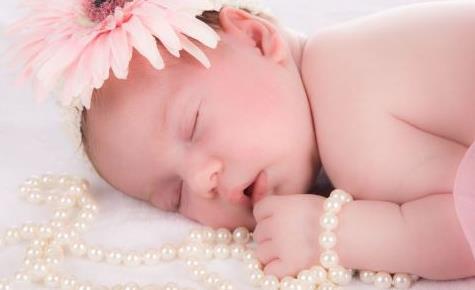 新生宝宝吐奶是怎么回事 新生儿母乳喂养该知道的