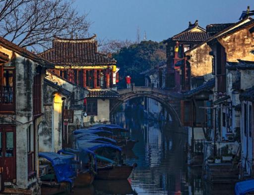 详细介绍:周庄古镇是世界文化遗产预选地、首批国家5A级旅游景区,位于苏州城东南,位于昆山、吴江、上海三地交界处。 周庄古镇四面环水,因河成镇,依水成街,以街为市。井字型河道上完好保存着14座建于元、明、清各代的古石桥。800多户原住民枕河而居,60%以上的民居依旧保存着明清时期的建筑风貌。 7、虎丘风景区