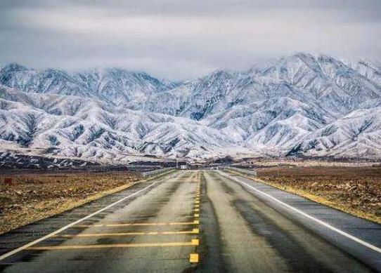 全球十大风景最美公路排名,中国川藏公路、挪威大西洋之路美妙而难忘(图1)