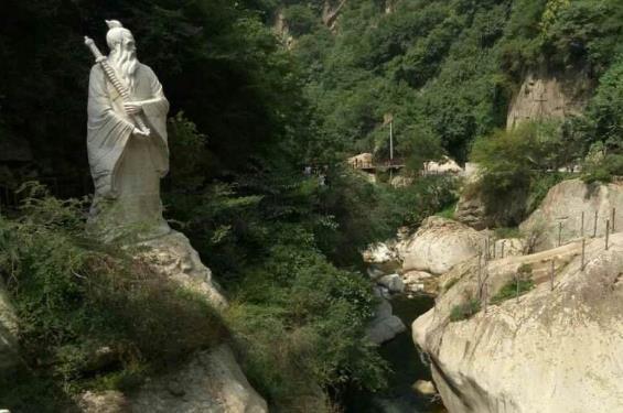 龙门洞风景区位于宝鸡陇县西北陕甘交界处的景福山麓,距陇县县城22