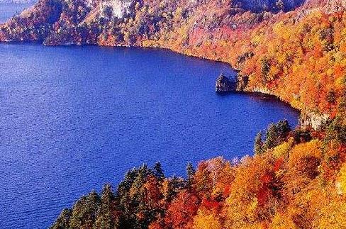 与北海道岛之间的津轻海峡,贯通本州岛青森县以及北海道上矶郡知内町