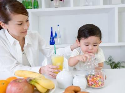 宝宝喂养误区 吃零食有害健康图片