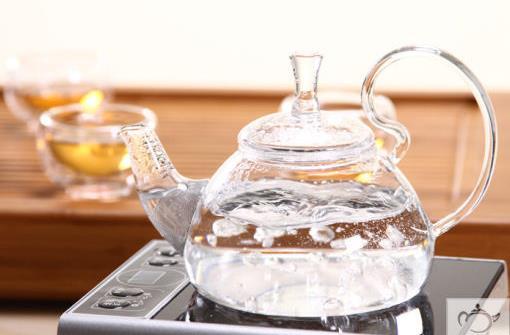 不喝过夜水,白开水要沸腾三分钟,烧水杜绝重复煮沸