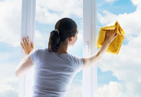 怎样擦玻璃才干净?轻松省事擦玻璃小窍门