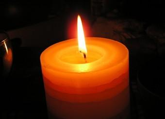 使蜡烛不流泪的小窍门步骤:   1,把蜡烛放到冰箱里冷冻起来吧,只要一