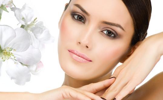 补充胶原蛋白质-增加皮肤弹性 增加皮肤弹性需要的营养素: 常吃富含维生素的食物维生素对于防止皮肤衰老、保持皮肤细腻滋润起着重要作用。例如维生素E对于皮肤抗衰有重要作用,因为维生素E能够破坏自由基的化学活性,从而抑制衰老,保持皮肤弹性。含维生素E多的食物有卷心菜、葵花籽油、菜籽油等。同样维生素A、B2也是皮肤光滑细润有弹性不可缺少的物质。富含维生素A的食物有动物肝脏、鱼肝油、牛奶、奶油、禽蛋及橙红色的蔬菜和水果;富含维生素B2的食物有肝、肾、心、蛋、奶等。 常吃含铁质的食物皮肤光泽红润有弹性,需要充足的血
