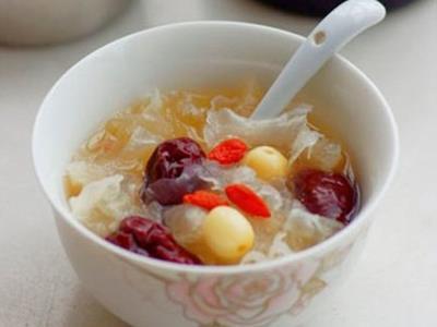 银耳莲子汤的功效与作用 喝银耳莲子汤有什么好处