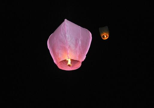孔明灯的介绍-孔明灯的制作方法 孔明灯的介绍。 现在很多人放孔明灯多作为祈福之用。男女老少亲手写下祝福的心愿,象征丰收成功,幸福年年。 孔明灯来源于诸葛亮。 据说是由三国时的诸葛孔明所发明。当年,诸葛孔明被司马懿围困于平阳,无法派兵出城求救。孔明算准风向,制成会飘浮的纸灯笼,系上求救的讯息,其后果然脱险,于是后世就称这种灯笼为孔明灯。另一种说法则是这种灯笼的外形像诸葛孔明戴的帽子,因而得名。 孔明灯用于通风报讯,使身边人逃离险境。 清朝道光年间,先民由大陆福建省惠安、安溪等县传入台湾的台北县、平溪乡、十