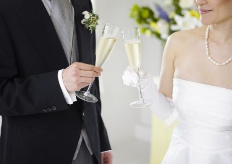 婚礼斟酒碰杯的礼仪常识-婚宴酒水的选择