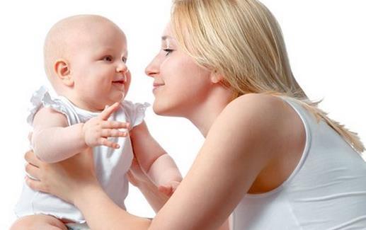 怎么抱宝宝?抱宝宝有诀窍吗? 新生宝宝应该怎么抱? 初生宝宝一天的睡眠时间很长,大约在18~20个小时。宝宝睡着的时候,大人不必要抱着。宝宝醒了后,家长可以抱着他,四处走走、看看,温柔地对他说说话。 宝宝的身体很柔软,抱的时候,一定要保护好他的脖子、腰。用一只手托住宝宝的背、脖子、头,另一只手托住他的小屁股和腰。或者将宝宝的头放在左臂弯里,肘部护着宝宝的头,左腕和左手托住他的背和腰部。用右胳膊护着宝宝的腿部,右手托着宝宝的屁股和腰部。 最好让宝宝的头贴着你的左胸。让宝宝听到熟悉的心跳声,会令他有安全感。