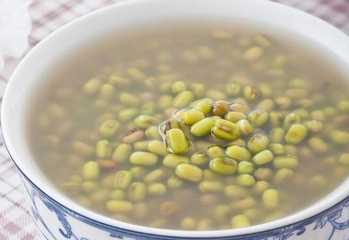 绿豆汤怎么煮?绿豆汤煮多长时间最好 许多人有个误解,以为煮绿豆汤越把它煮得稀烂其汤越好。其实这不科学,生绿豆清热解毒祛火的作用最强,其营养成分及其所具有的药物功效最佳,经过加热后都会随温度的变化而改变。所以煮绿豆汤,把绿豆煮到刚刚熟,即可。这时绿豆的营养物质被煮出来,不但色香味俱佳,而且清暑效果佳。 绿豆的营养成分: 绿豆的营养成分比较丰富,是经济价值和营养价值较高的一种豆类。籽粒每100克含蛋白质22%~25%,脂肪1.