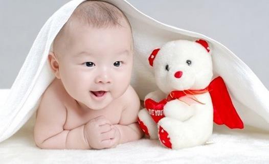 宝宝牙疼睡不着?宝宝睡不着有哪些原因? 宝宝睡不着有哪些因素? 1、感冒 患感冒的宝宝半夜容易醒来哭吵。因为感冒可造成宝宝的呼吸道阻塞及全身的不适,应对症处理,尽快缩短病程,减轻症状。这时多给宝宝喝热水,喝新鲜果汁,必要时在医生的指导下,用减轻鼻堵的药物。侧卧的睡眠方式,更适合感冒的宝宝。 2、长牙期的疼痛 提醒您注意的是,宝宝从5个月开始长牙,到2岁半长全,宝宝会有因为长牙带来的不适而哭吵。注意观察宝宝的脸颊、下巴,如果有明显的口水引起的红疹、牙龈肿大、触痛及轻微发烧等,就要考虑是否有长牙疼痛困扰着宝