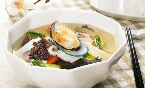 海参羊肉汤的功效-海参羊肉汤怎么做? 海参羊肉汤的做法: 主料:羊肉(瘦)500克配料:海参(干)50克。 调料:姜5克葱白15克胡椒粉1克盐5克各适量。 制作方法 第一步:用40°C温水将海参泡软后,剪开参体,除去内脏,洗净,再用开水煮10分钟左右,取出后连同水倒入碗内,泡2-3小时。 第二步:将羊肉洗净,去血水,切成小块,加水适量(约50g),小火炖煮,煮至将熟,将海参切成小块放入同煮,再煮沸15分钟左右,加入生姜末、葱段、胡椒末及精盐,即可。温食参肉,饮汤,或供餐用。 海参羊肉汤的功效 海