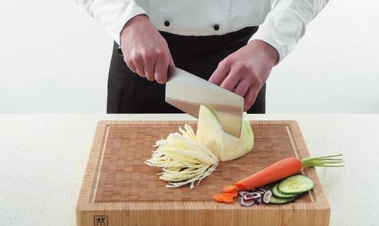 怎么切菜最美味?切菜的学问你知道吗? 怎么切菜最美味? 滚切: 山药、土豆、芋头等。在用刀直切的同时,切一刀转一下原料,这种刀法能够切出菱角块等形状。 片切: 白菜等。从食材表面沿着纹路切入,类似传统烤鸭切片的方法,这种切法适合于纹路较为明显的蔬菜。 铡切: 带脆骨的鸡肉和猪肉等。有两种方法,一种是右手提起刀柄,左手握住刀背前端,使刀柄翘高,刀尖下垂,在原料所要切的部位上由前向后摆动刀身,使刀刃切入原料,将原料压断。另一种切法是将刀按在原料要切的部位上,右手握住刀柄,左手按住刀背前端,左右两手同时按切下