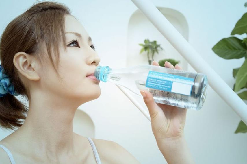 最近很多人用一个水喝水的照片当头像
