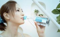 """多喝水并非""""好处多"""" 喝水的正确方法"""