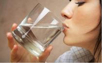 睡前喝水会水肿吗?如何正确喝水?