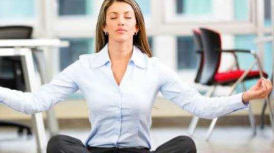 办公族久坐的十大危害 办公室久坐的危害 久坐离死亡最近的距离 办公室白领们你们是否算过自己一天坐了多长时间呢?通常都是早上8点出门上班一直坐到傍晚5点的有没有。回家之后看电视,玩电脑游戏在做个3,4个小时,一天的大部分时间就在椅子上度过了。而专家称久坐是离死亡最近的距离,那么久坐都会给我们的身体带来哪些危害呢。 1、心脏病 千万不要以为坐着和心脏就没有什么关系了,久坐燃烧脂肪更少,血液的流动速度也会更慢,所以脂肪酸就有机可乘了,这些脂肪酸会堵塞着你的心脏,引起心脏方面的疾病,试想一下一个人的心脏都有问题
