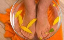 老人用热水洗脚有益长寿