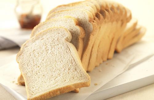切记:快过期的食品不能吃! 快过期的食品还能不能吃?很多人对快过期的食品很可惜,觉得也没有到保质期,就放心食用没有多想。但是快过期的食品真的可以食用吗,还是说要分情况而定?一起来了解下吧。 保质期并不是判定食品是否变质 产品的保质期是指由生产者提供的产品最佳食用期,它一般标注在具有限时使用时间的产品上。