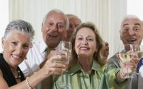 老人冬天喝酒暖身 一次不宜超一两