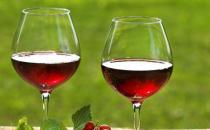 冬季喝葡萄酒有润肺清燥等益处