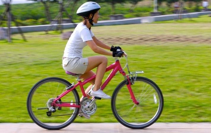骑自行车减肥18个注意事项 骑自行车能减肥吗? 踩自行车压缩血管,使得血液循环加速,大脑摄入更多的氧气,再加上吸入大量新鲜空气,可以强化心脏功能。周期性的有氧运动,能使锻炼者消耗较多的热量,可收到显着的减肥效果。 骑自行车运动不仅使下肢髋、膝、踝3对关节和26对肌肉受益,而且还可使颈、背、臂、腹、腰、腹股沟、臀部等处的肌肉、关节、韧带也得到相应的锻炼。不但可以减肥,而且还可使身材匀称。 骑自行车减肥注意事项 1、骑自行车的目的如果是减肥的话,那就不妨选择小齿轮,以增加转动次数,以每分钟转动60-65次为