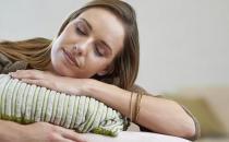 戴胸罩趴着睡 女性6个入睡习惯伤身