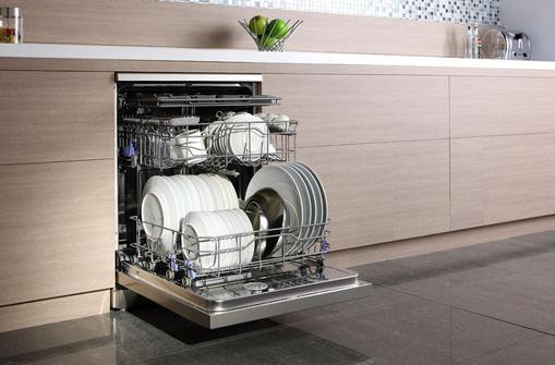 """洗碗机的清洁保养-洗碗机的使用方法 洗碗机的使用方法 1、平常清洗碗筷只需""""标准洗""""、""""消毒""""、""""干燥""""三大按键就可以了。如果吃的东西比较油腻,可以放点洗涤剂再用""""强力洗"""",最后使用冲洗功能,把残留的洗涤剂冲掉。 2、洗碗机必须放置在水平、稳定的平面之上,此外洗碗机上不要长期放置重物。 3、清洁工作对洗碗机相对重要,所以10天左右应该对洗碗机进行清洁工作,着重过滤器进行一次全面的清洁。 4、温度不是越高越好,"""