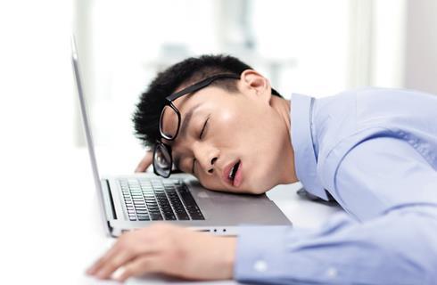 上班族午睡时间过长易得红眼