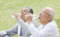 """老人冬季喝好""""三杯水"""""""