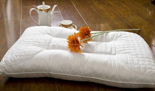 """枕头是我们睡觉必备的""""神器"""",其实枕头低一点可提高老年人的睡眠质量."""