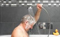 老年人冬季洗澡时间有讲究
