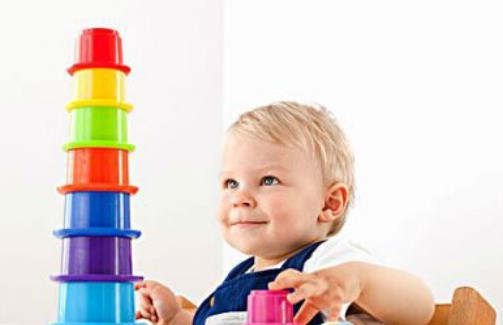 """2岁宝宝家庭早教方案 一、用游戏训练宝宝的辨别力 以下游戏是针对这个年龄宝宝的心理特点设计的,可以增强宝宝的触觉、视觉和辨别能力。 1、布袋游戏 准备1个小布袋和各种水果、玩具,如香蕉、橘子、苹果、葡萄、手枪、汽车、兔、帽子、手套等。将这些东西都装在小布袋中,妈妈让宝宝伸手到袋子里拿东西,每拿出一个东西,妈妈就问宝宝:""""这是什么呀?""""宝宝有时知道,有时不知道,当宝宝能够多次将物品说对后,妈妈再让宝宝把掏出来的物品归类,水果类归一块儿,日用品归一块儿,玩具类归一块儿。做这个游戏时,"""