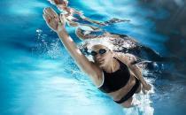 游泳有利于白领缓解颈椎疼痛