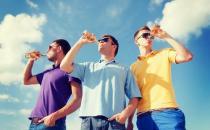 """男人喝酒时千万别吃这4种菜 当心""""兴尽悲来"""""""