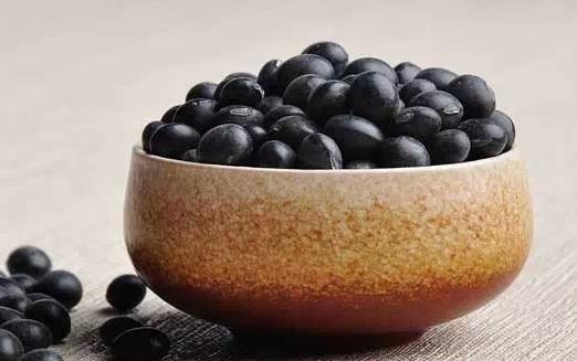 """男人补肾吃什么好?盘点8大补肾食物 壮阳对于每位成年男性来说似乎都是必须要做的事情,壮阳的方法有很多,药物和食疗以及运动都能帮助我们达到,那么,从饮食的角度上来说,在我们身边是否有一些常见且易购买到的食材堪当最佳的壮阳食物呢? 男人最佳补肾食物 1、黑豆 自古黑豆就被誉为""""肾之谷"""",而黑豆从外表上来看,你会发现其形状与人体肾脏相似。它们不仅味甘性平,中医认为它还具有补肾强身、活血利水、解毒、润肤的功效,特别适合肾虚者。 2、粟米 又称谷子、稞子。能补益肾气。《名医别录》及《滇南本"""
