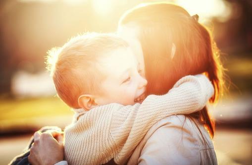 妈妈这样做可培养懂爱的宝宝 每天拥抱宝贝 不管是宝贝从幼儿园归来,还是睡醒过来,好妈妈总是会伸出双手,紧紧地拥抱宝宝,拥抱是无声的语言,是爱的最大鼓励。当宝宝受委屈时,妈妈的拥抱是安慰;当宝宝学会第一次穿衣时,妈妈的拥抱是喜悦。也试着让宝贝去拥抱自己心爱的小伙伴们,去拥抱爷爷奶奶。你会发现,拥抱会让宝贝变的更开朗大方,更懂得在别人伤心的时候,用拥抱安慰别人。 去看看那些需要爱的孩子们 每天都处于全家中心的宝贝,可能会把爱当做理所当然的事,甚至自私地要求妈妈只能对他一个人好,不希望妈妈照顾自己以外的人。带