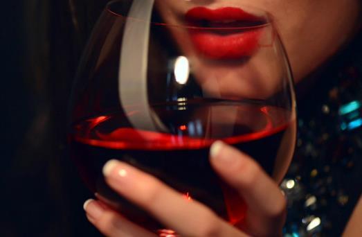 女性喝红酒_女性喝红酒有什么好处?喝红酒要注意什么?-360常识网