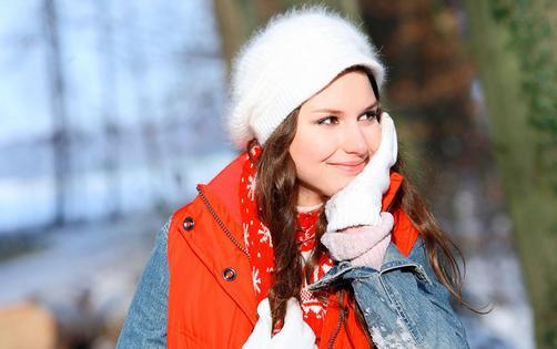 女性冬天手冷的原因有哪些 女性冬天手冷的原因 1、缺铁 在女性的一生中,因月经、妊娠、分娩等原因造成的失血,或子宫肌瘤、子宫功能性出血引起的失血,都会使相当多的妇女损失大量的铁质。如今,姐妹们大都怕脂肪不敢吃红肉,只吃青菜水果,而青菜水果性寒凉的居多。其实,红肉是女性的恩物,尤其是牛肉和羊肉,都含大量的铁质,可以有效地避免贫血。贫血的MM脸色苍白,气血不足。美国学者证实,缺铁的妇女体温较正常妇女低,热量产生少13%,新陈代谢也比正常人低。补充铁剂后,怕冷的感觉可以减轻。 2、冷饮可口 冰激凌让嘴谗的MM