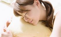 白领午休怎么睡才正确 备上毯子保暖免受风寒